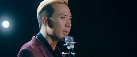 Tran Thanh bat ngo hon co gai khong phai Hari trong phim moi - Anh 1