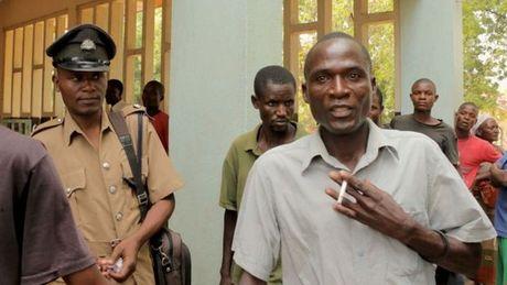 Xet xu ke co HIV duoc thue quan he voi 104 co gai Malawi - Anh 2