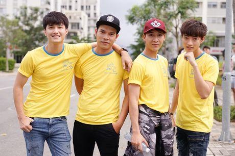 Vo chong Khanh Thi mang con trai di chay bo tu thien - Anh 13