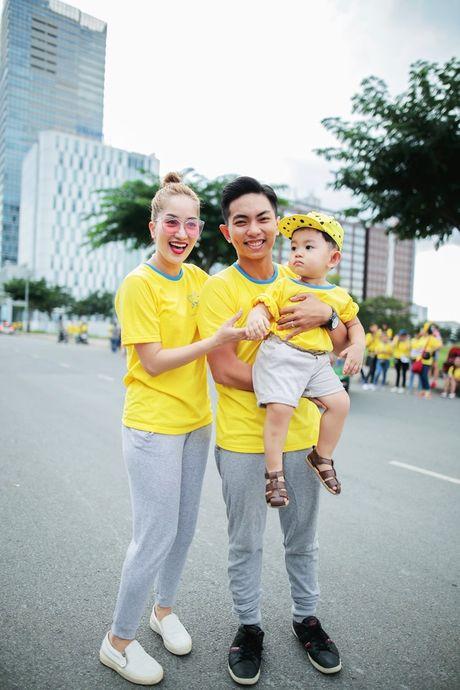 Vo chong Khanh Thi mang con trai di chay bo tu thien - Anh 1