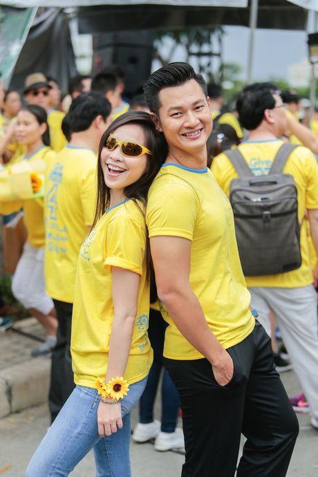 Vo chong Khanh Thi mang con trai di chay bo tu thien - Anh 5