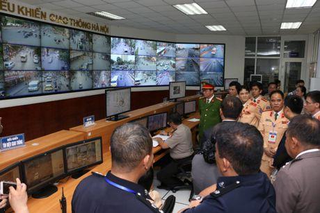 Dai dien CSGT cac nuoc ASEAN tham quan Trung tam dieu khien giao thong Ha Noi - Anh 1