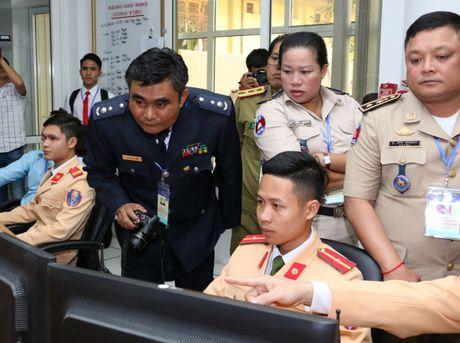 Dai dien CSGT cac nuoc ASEAN tham quan Trung tam dieu khien giao thong Ha Noi - Anh 5
