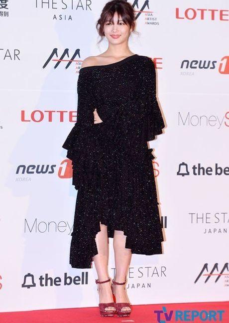 Kim Yoo Jung - my nhan Han chuong vay 'ton vai' tren tham do - Anh 2