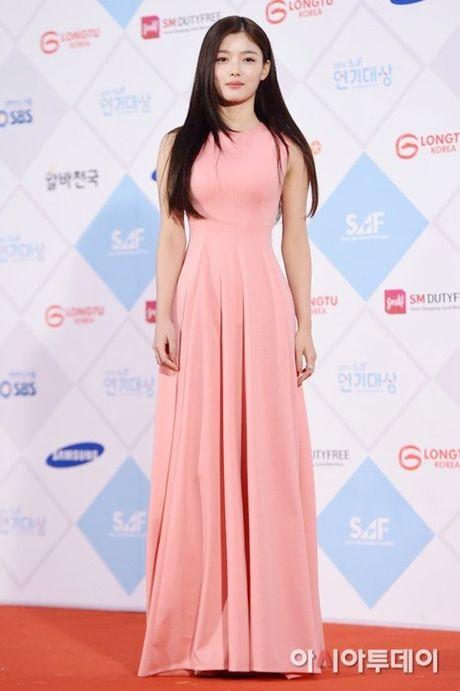 Kim Yoo Jung - my nhan Han chuong vay 'ton vai' tren tham do - Anh 4