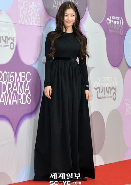 Kim Yoo Jung - my nhan Han chuong vay 'ton vai' tren tham do - Anh 5