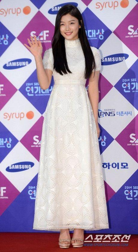 Kim Yoo Jung - my nhan Han chuong vay 'ton vai' tren tham do - Anh 6
