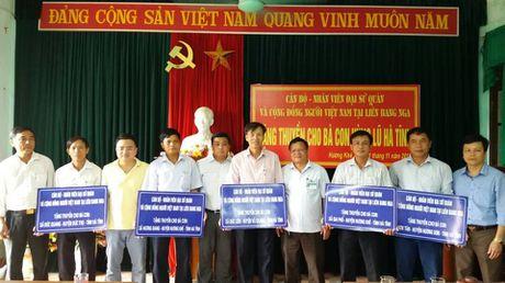 Tang thuyen va do bao ho song nuoc cho nguoi dan vung lu - Anh 1