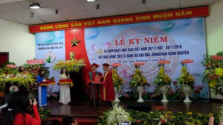 Ong Johnathan Hanh Nguyen nhan bang tien sy danh du - Anh 1