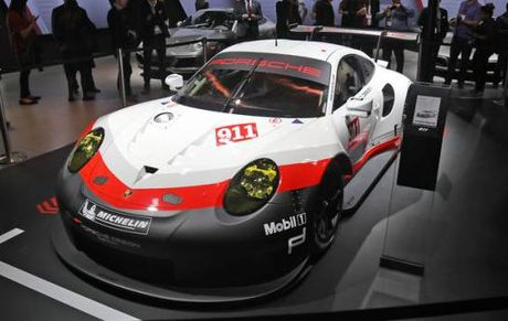 Porsche ra mat phien ban xe dua 911 RSR tai trien lam Los Angeles Auto Show 2016 - Anh 1