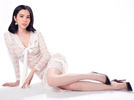 Khoe lan da trang non, A khoi Huynh Vy dep tua suong mai - Anh 1