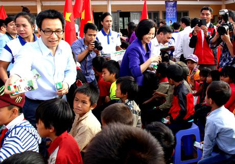 Vinamilk tien phong mang chuong trinh sua hoc duong den voi tre em Dak Nong - Anh 2