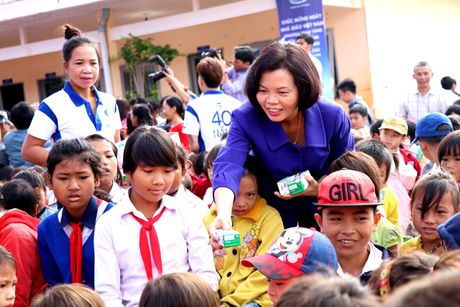 Vinamilk tien phong mang chuong trinh sua hoc duong den voi tre em Dak Nong - Anh 3