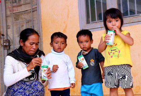 Vinamilk tien phong mang chuong trinh sua hoc duong den voi tre em Dak Nong - Anh 9