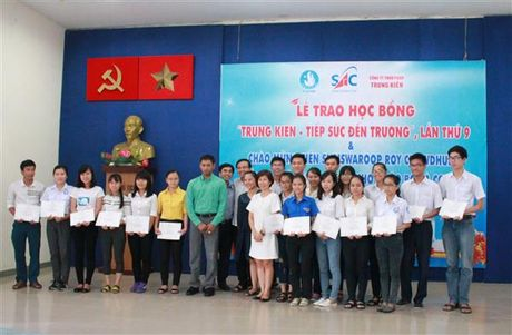 Trao 174 suat hoc bong 'Trung kien - tiep suc den truong' - Anh 1