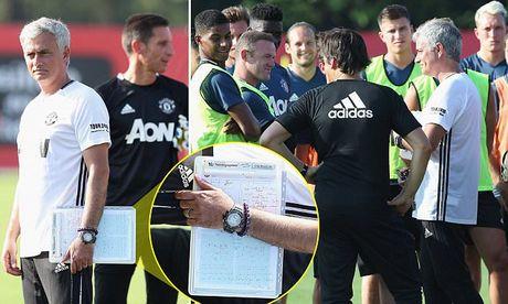 HLV Mourinho dieu tra 'ke phan boi' o M.U - Anh 1