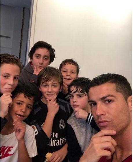Dan cu mang che anh an mung ban thang cua Cristiano Ronaldo - Anh 3