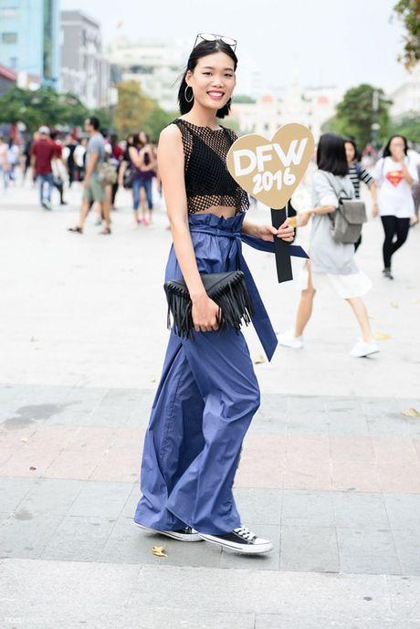 Xuan Lan va dan chan dai cam bang hashtag ton vinh nu quyen tren pho di bo - Anh 16
