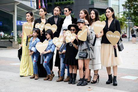 Xuan Lan va dan chan dai cam bang hashtag ton vinh nu quyen tren pho di bo - Anh 1