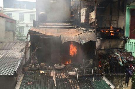 Chay lon tai can nha trong ngo 283 pho Tran Khat Chan - Anh 3
