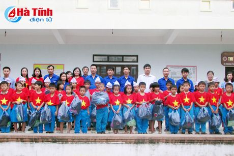 Trao tang 600 suat qua cho hoc sinh vung lu Ha Tinh - Anh 1