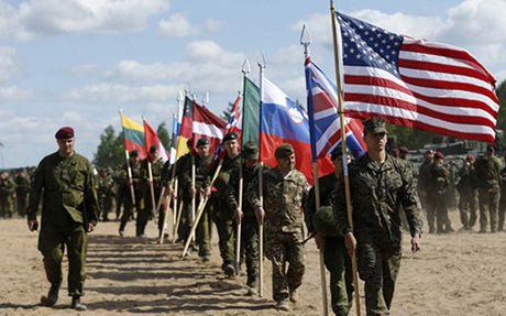 NATO dieu 4.000 binh si tap tran ram ro sat bien gioi Nga - Anh 1