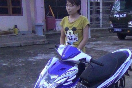 TP.HCM: Hai thieu nu tan cong nguoi di duong cuop xe may - Anh 1