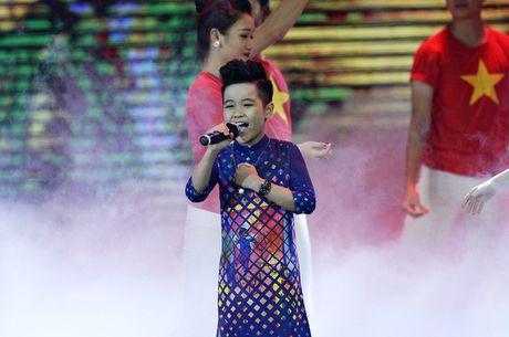 Nhat Minh The Voice Kids dien ao dai, tu tin khoe giong cung Duong Hoang Yen - Anh 1