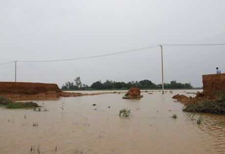 Quang Tri: Duong thanh 'de' khien nuoc ngap nhanh, thoat cham o vung ron lu - Anh 3