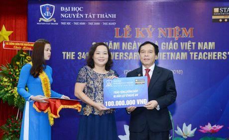 DH Nguyen Tat Thanh giup nguoi dan vung lu 300 trieu dong - Anh 1