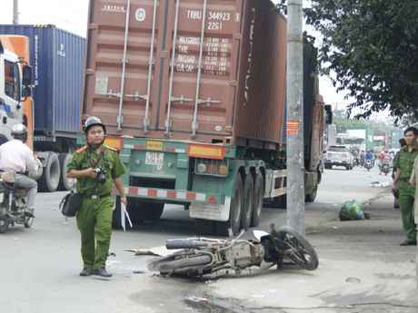Nguoi dan ong 39 tuoi bi container can tu vong - Anh 1