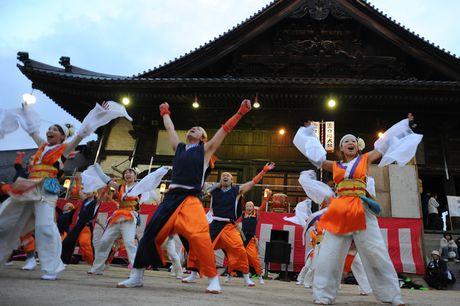 Gan 10.000 dan ong Nhat Ban tham gia 'le hoi khoa than' - Anh 11