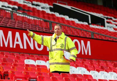 Vao tham quan Old Trafford, 2 sinh vien ngu quen - Anh 1