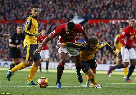 Xuat sac nhat tran MU gap Arsenal, Valencia tang giai cho...bac sy - Anh 1