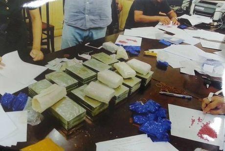 Cap doi giau 20 banh heroin trong canh cua o to - Anh 2