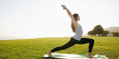 7 dong tac yoga lam san chac bung du an uong no ne - Anh 1