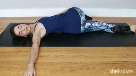 7 dong tac yoga lam san chac bung du an uong no ne - Anh 9