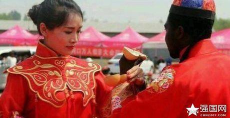 Qua cuoi cua dai gia chau Phi lay vo Trung Quoc gay choang - Anh 1