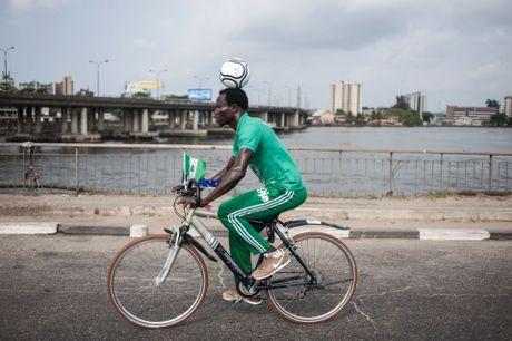 Giu bong tren dau, cau thu Nigeria dap xe hon 100 km - Anh 1
