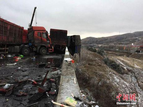 Trung Quoc: 56 xe tong lien hoan, hon 50 nguoi thuong vong - Anh 4