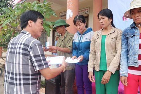 Tang qua cho nguoi dan vung lu - Anh 1