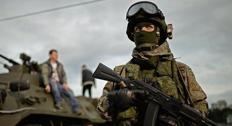 Nga cao buoc Ukraine bat giu 2 quan nhan o Crimea - Anh 1