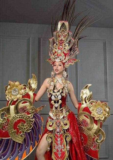 Hoa hau Sieu quoc gia: Kha Trang dien quoc phuc nang 45kg - Anh 2