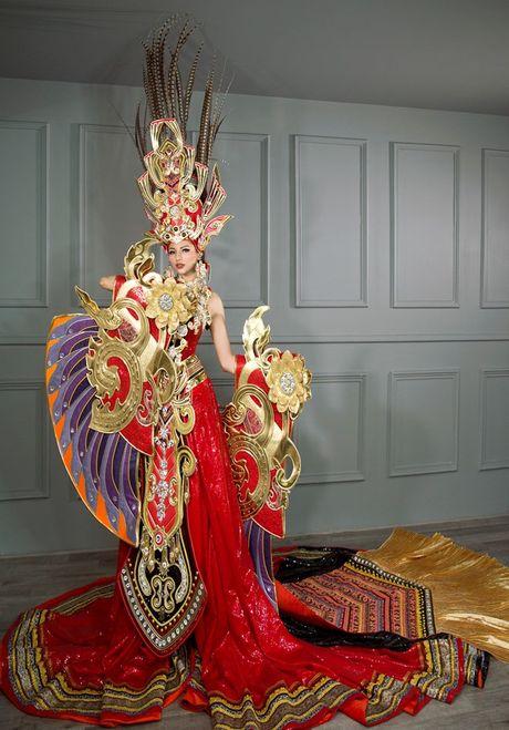 Hoa hau Sieu quoc gia: Kha Trang dien quoc phuc nang 45kg - Anh 3