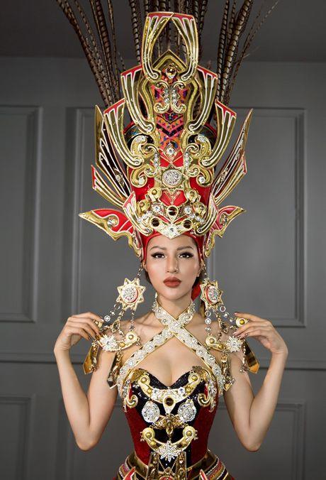 Hoa hau Sieu quoc gia: Kha Trang dien quoc phuc nang 45kg - Anh 5