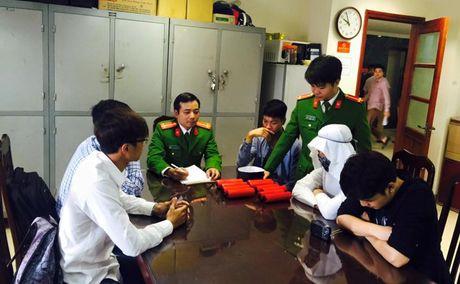 Xac dinh nhom 9X quay clip 'gia dot bom khung bo' o Ha Noi - Anh 1