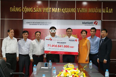 Vietlott tra thuong cho khach hang trung giai Jackpot 71 ty dong - Anh 1