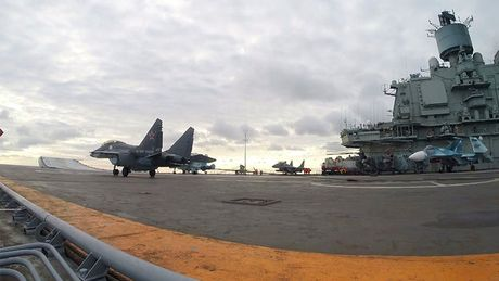 He lo nguyen nhan MiG-29K Nga roi xuong bien: Dut cap, tat dong co - Anh 2