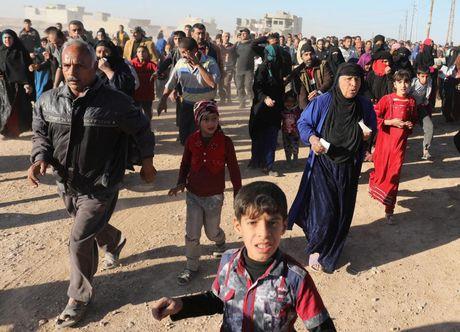 Tranh gianh luong thuc vien tro ben ngoai thanh tri Mosul - Anh 10