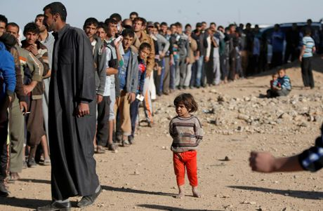 Tranh gianh luong thuc vien tro ben ngoai thanh tri Mosul - Anh 15